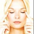 Глаза.1. Щоб повернути втомленим очам блиск, зробіть маску для повік з свеженатертого сирої картоплі (тримати 10-15 хвилин.