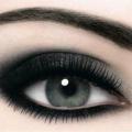 Smoky eyes.1. Візьміть м`який олівець - його колір залежить від обраного відтінку тіней.