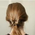 Закручений пучок волосся можна зробити дуже швидко, він буде виглядати оригінальніше, ніж просто хвостик, і прибере заважають волосся з обличчя і плечей.