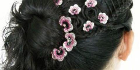 Зачіски з хвостами і локонами.