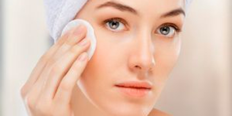 Доглядаємо за шкірою навколо очей за допомогою косметичних засобів